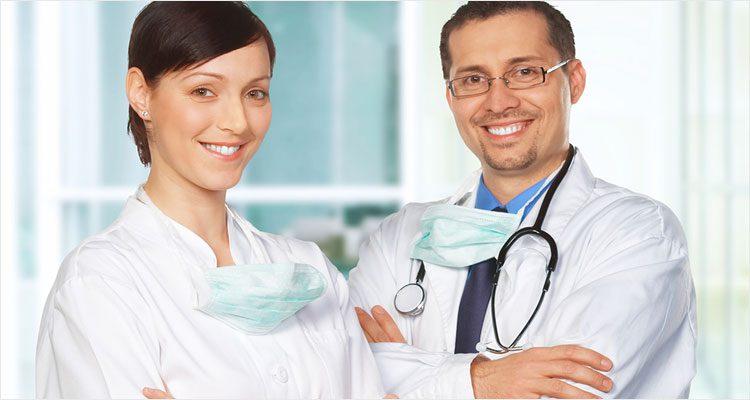 Zwei lächelnde Ärzte.