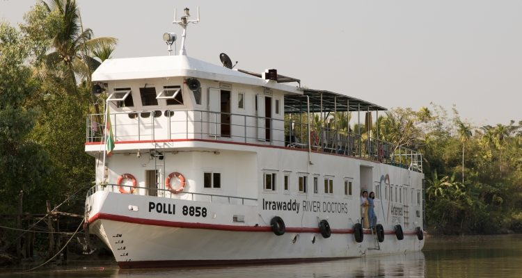 Schiff mit der Aufschrift Irrawaddy River Doctors.