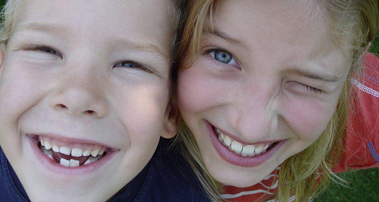 Kinder lächeln mit Zahnlücken.