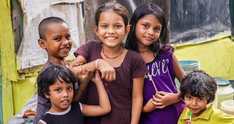 Fünf lächelnde Kinder.