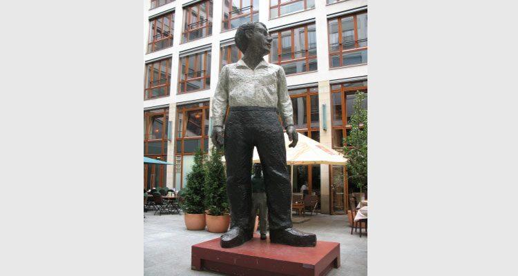 Großer Mann, kleiner Mann. Bildnachweis: pixelio.de / Berthold Kamps