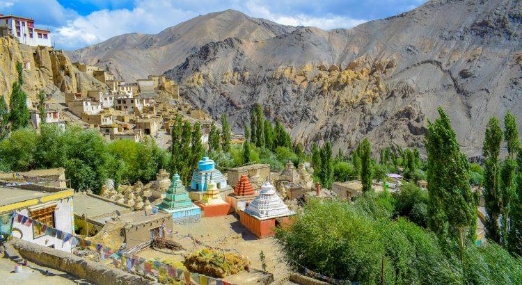 Dorf im indischen Himalaya-Gebirge