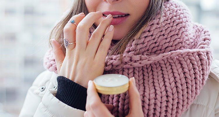 Frau pflegt ihre Lippen mit selbstgemachtem Lippenbalsam.