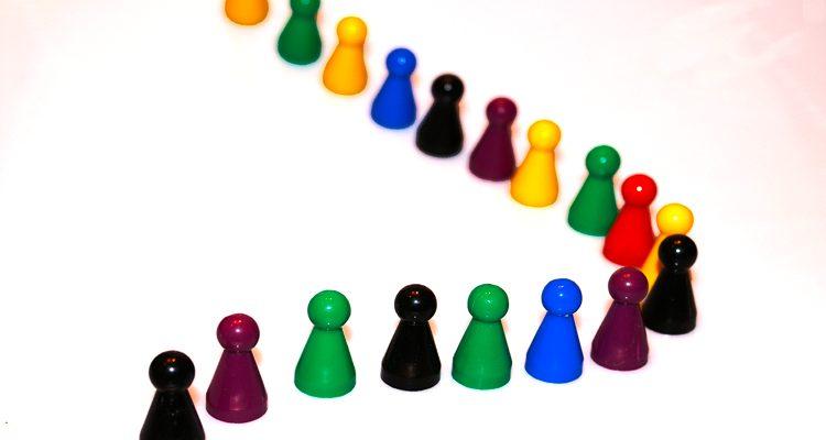 Spielfiguren stehen in einer gekrümmten Reihe hintereinander