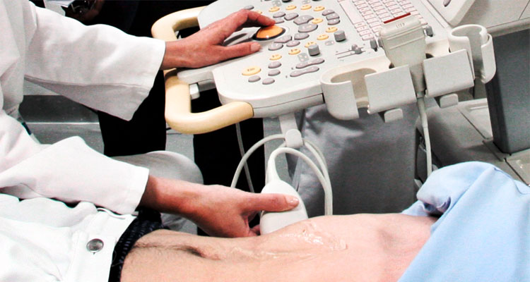 Arzt macht einen Ultraschall des Bauchraums