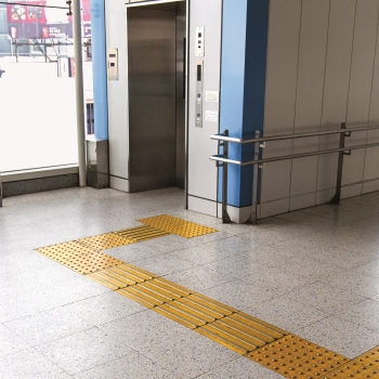 Barrierefreier Zugang zu einem Fahrstuhl.
