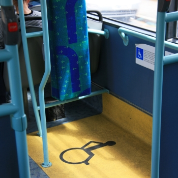 Rollstuhlfahrer-Bereich in einem Bus.