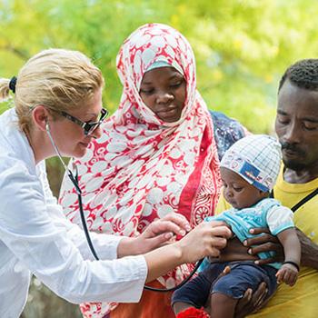 Ärztin behandelt Baby.