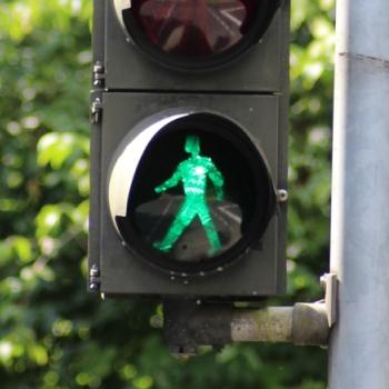 Fußgängerampel, die grün zeigt.